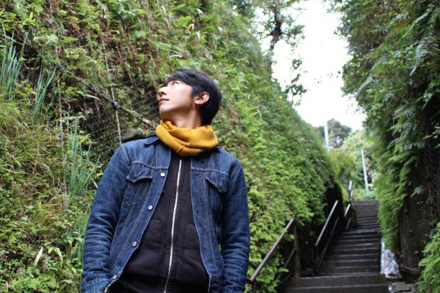 「調度僕が育った八王子の里山も、こんな感じに緑がワシワシ生えていました。なんとなく似てるんですよ、この付近は。」長谷から極楽寺に抜ける切通にて。